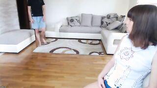 Herrin aus Belgorod zwingt Sklavin Mischa vor der Webcam zur Fußmassage