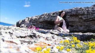 Nudist saugte Onanist Schwanz an einem felsigen Strand