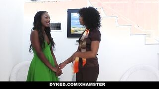 Ebony machte Anilingus zu einer jungen Lesbe, bevor sie ihre Muschi fickte