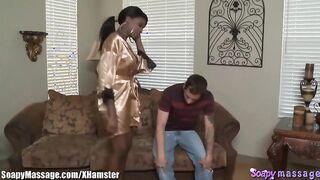 Schwarze Frau, die die Mundmassage fickt einen weißen Kerl im Badezimmer tut