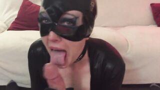 Catwoman lutschte einen nackten Draufgänger-Schwanz aus dem Multiversum