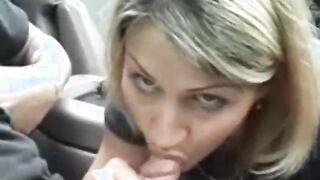 Verheiratete Schlampe fingert Schwanz und lutscht Fahrersperma