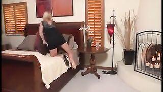 Stiefsohn macht Cooney und fickt Stiefmutter unter dem Bett fest