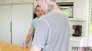 Der Bruder ist mit der rasierten Muschi seiner Schwester fertig, nachdem er sich beim Masturbieren in der Dusche erwischt hat