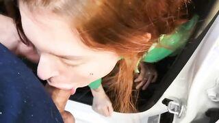 Ein Taxifahrer brachte ein rothaariges Mädchen in den Wald und wird im Auto mit Krebs gefickt