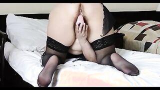 Reife Frau in Strümpfen fingert rosa haarige Muschi
