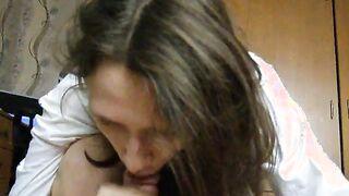 Mädchen fingert eine Hand an ein Mitglied eines Freundes und saugt ihm einen Schwanz
