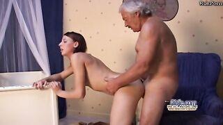 Enkelin fickt Großvater und saugt seinen Schwanz bis Sperma in den Mund