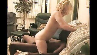 Kukolds Ehemann macht seiner Frau Kuni, während ein Schwarzer sie mit einem großen Schwanz fickt