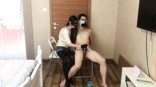 Kasachische Frau fingert einen Schwanz mit einem kasachischen Mann vor der Kamera