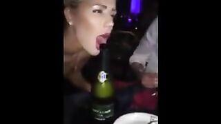 Nackter Perverser saugt eine Champagnerflasche wie eine Hure