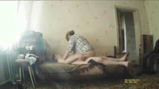 Cuckolds bisexueller Ehemann saugt den Schwanz eines Liebhabers, während er seine Frau fickt