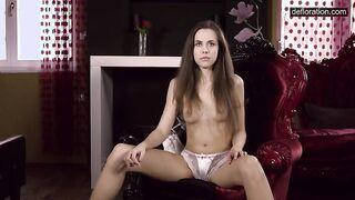 Die 18-jährige Brünette Nastya zeigt ihre jungfräuliche Muschi vor der Kamera