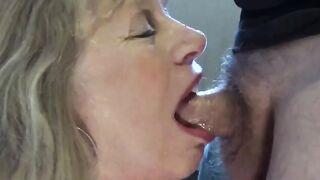 Die 55-jährige Mutter gibt ihrem Sohn zum ersten Mal in ihrem Leben einen Blowjob