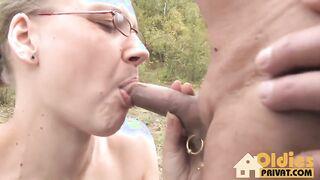 Reife Swinger gingen nach draußen, um eine Orgie mit einem Austausch von Partnern zu arrangieren