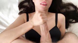 Russische Brünette masturbiert Schwanz mit ihrer Hand und nahm Sperma auf ihr Gesicht