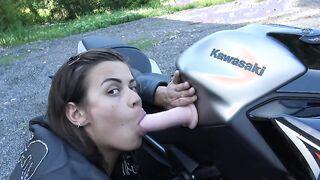 Biker fingert Muschi auf einem Motorrad und endet mit Spritzen