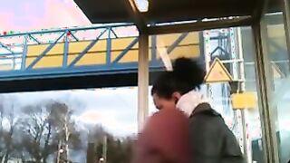 Masturbiert Schwanz auf einem Mulatten, der an einer Bushaltestelle sitzt