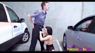 Hooker spritzte schließlich mit einem Polizisten auf der Motorhaube eines Autos