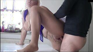 Tore Strumpfhose auf eine Putzfrau und in eine rasierte Muschi gefickt