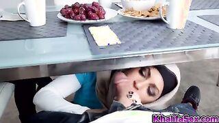 Muslimische Mutter und ihre Tochter ficken einen Kerl