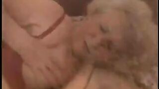 Omas Freundin bringt der Enkelin bei, gerne zu ficken