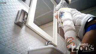 Nahaufnahme pinkeln in der öffentlichen Toilette