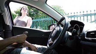 Ein Mädchen sieht zu, wie ein Mann beim Autofahren masturbiert