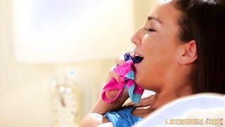 Lesbische Tochter saß auf Mamas Gesicht und fickte ihren Mund mit ihrer Muschi