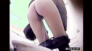 Heißes Bild von schwarzem Ebenholz Beobachten Sie eine Kamera von Mädchen pinkeln