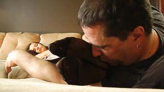 Stiefvater leckt schlafende Tochterbeine in Strümpfen und schnüffelt an Schuhen