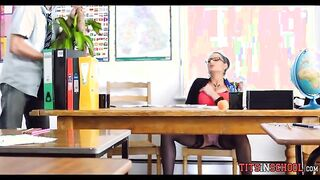 Die Schülerin steckte der Lehrerin einen Penis in den Mund, während sie masturbierte