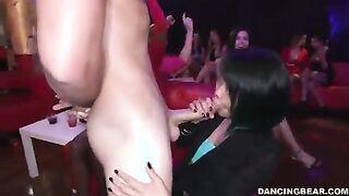 Der jungfräuliche Stripper war Gastgeber des Asiaten mit seinem Helden