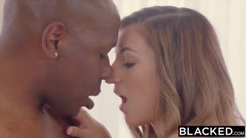 Schwarzes Mädchen leckt schwarzen Kerl Arsch