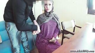 Muslimische Frau saugt Schwanz für Geld