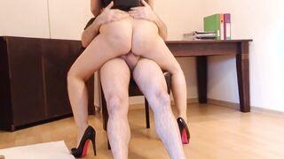 Schneller Sex bei der Arbeit des Chefs und der Sekretärin