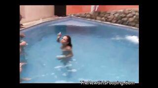 Brasilianische Big Ass Frauen sitzen und scheißen um den Pool