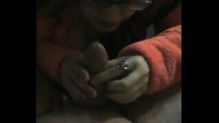 Frau in Brille leckt Ehemanns Zehen und saugt seinen Schwanz