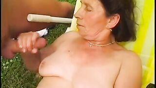 Die alte Frau schreit vor Orgasmus, als sie mit einem großen Schwanz in alle Löcher gefickt wird