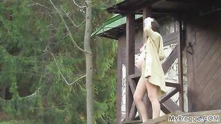 Russische schwangere Mädchen geht nackt auf dem Land und posiert
