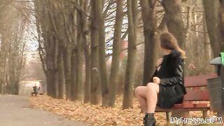 Schwangere Mädchen zeigt nackte Fotze im Park in der Öffentlichkeit