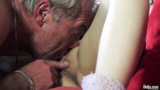 Geile Enkelin will Sex mit ihrem Opa direkt in den Arsch