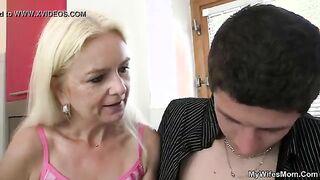 Ein Mann fickt die ältere Mutter seiner Freundin, während sie in den Laden geht