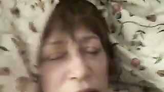 Enkel fickt Großmutter in den Mund und spritzt mit Sperma auf ihre Lippen