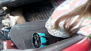 Hure saugt an dem Fahrer in der Nähe des Autos in der Verschüttung