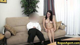Zwerg fickt Brille mit Brille beim Porno Casting