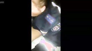 Mädchen in Polizistenuniform saugt Hahn an gopnik