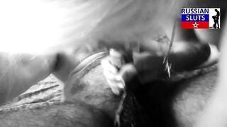 Russische junge Blondine saugt einen Schwanz von einem haarigen Tschetschenen