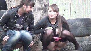 Voyeur spioniert aus, wie russische Mädchen auf die Straße pissen