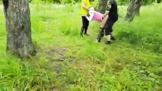Dogging und Gangbang für eine russische Frau in einem Moskauer Park